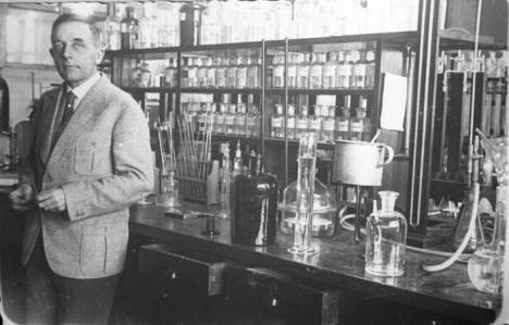 Prof. Otto H. Warburg, der deutsche Nobelpreisträger für Medizin, in seinem Laboratorium im Kaiser-Wilhelm Institut in Berlin (1931) / Wikimedia Commons